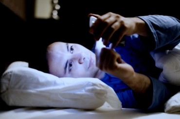 Scientists Suggest that Staring at Your Smartphone Screen Before Sleep Can Cause Depression