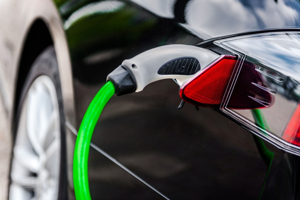 Although EV charging using electrical outlets takes longer (eight to nine hours) than 7kW standard charging (four to five hours) and 50kW fast-charging (20 – 30 minutes), the cost is much more palatable for consumers. (image: KobizMedia/ Korea Bizwire)