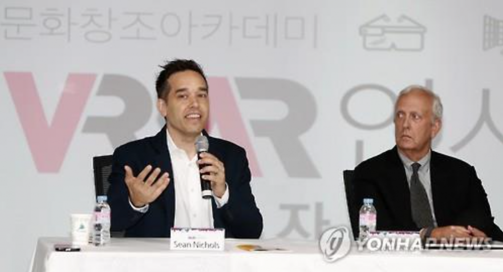 "Sean Nicholas (L), managing director of Blippar Japan, speaks during a news conference for the ""VR, AR Insight"" in Seoul on Aug. 26. (image: Yonhap)"