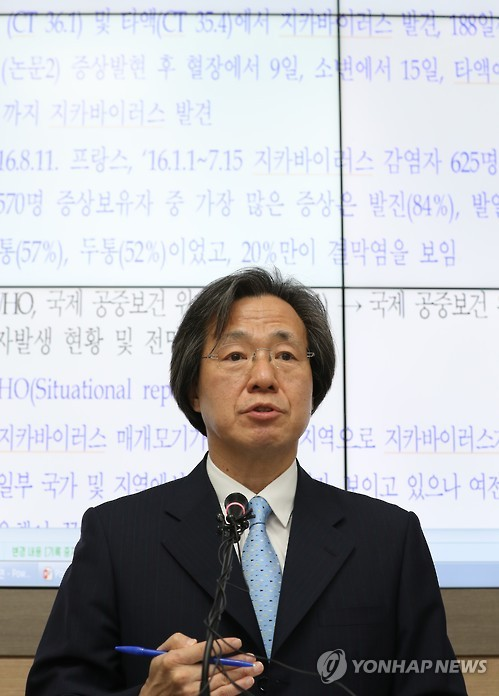 Chung Ki-seok, chief of the Korea Centers for Disease Control and Prevention, briefs reporters on the outbreak of cholera and other pending issues at the center in Cheongju, central South Korea, on Aug. 23, 2016. (image: Yonhap)