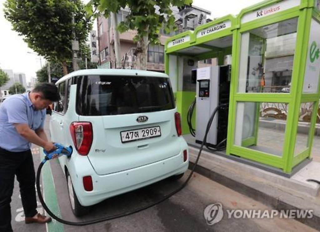 KEPCO will install 30,000 regular chargers at some 4,000 apartment complexes in the country by the end of this year to help electric car drivers use their machines more conveniently. (image: Yonhap)