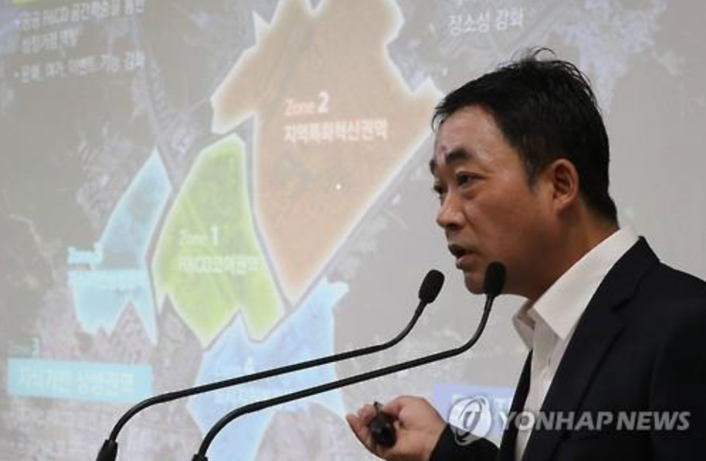 "Kim Hak-jin, head of the urban planning bureau at the Seoul Metropolitan Government, gives a briefing on the city's plan to form an ICT hub in the southern district of the capital. Introduced as a tech city that adds ""connection"" to the conventional concept of R&D, the hub will bring together both small and large enterprises for technology development. City officials said the hub will create 15,000 new jobs. (image: Yonhap)"