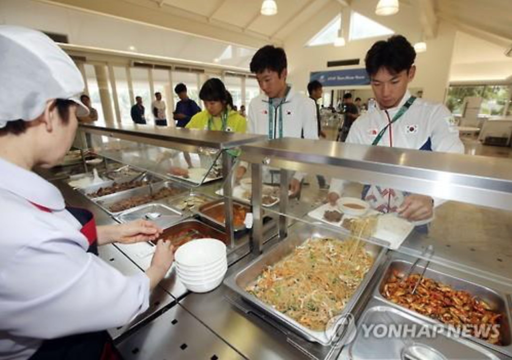 Korean athletes have lunch at Olympic Village's dining hall in Rio de Janeiro on Aug. 4, 2016. (image: Yonhap)