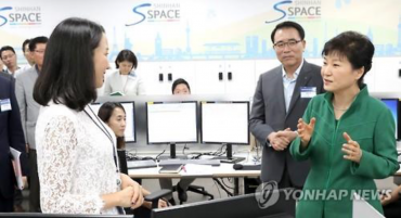 Park Visits Local Firms to Promote Flextime System