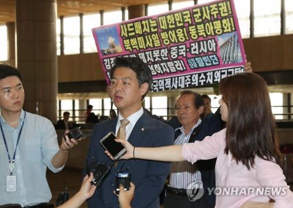Minjoo Party of Korea Rep. Kim Young-ho speaks to the press before departing for China at Gimpo International Airport on Aug. 8, 2016. (image: Yonhap)