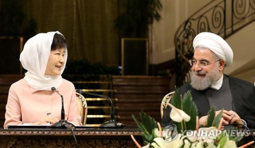 South Korean President Park Geun-hye and her Iranian counterpart Hassan Rouhani hold a joint news conference after their summit talks at Iran's presidential palace in Tehran on May 2, 2016. It marks the first meeting between the leaders of the two countries since the establishment of their diplomatic ties in 1962. (image: Yonhap)
