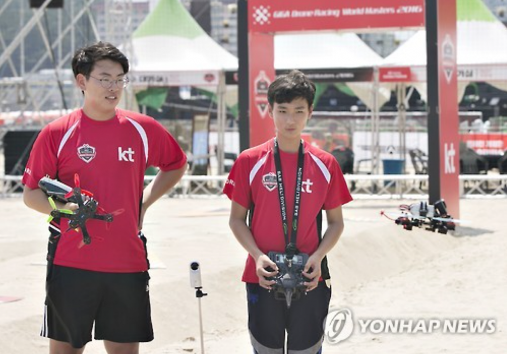 This year's winner was 12-year-old Kim Min-chan (R) in the racing category, with Son Young-rok (L), a 17-year-old, finishing second. Kim also placed first in the competition's freestyle category.