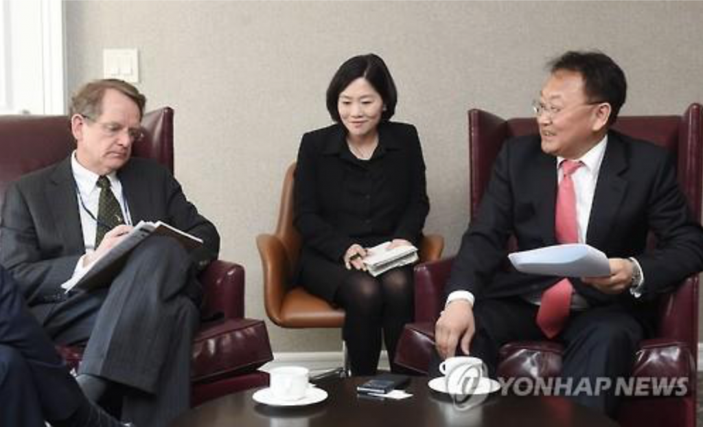 South Korean Finance Minister Yoo Il-ho meets with an official of S&P in Washington in April 15, 2016. (image: Yonhap)