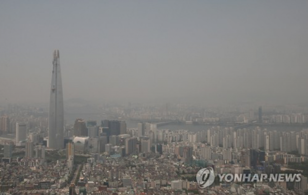 The photo shows the Jamsil area in southern Seoul covered in a gray haze caused by fine dust in the air on May 30. (image: Yonhap)