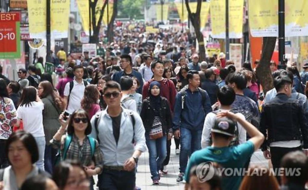 Myeongdong, a hot tourism spot in downtown Seoul, is crowded with travelers on May 1, 2016. (image: Yonhap)