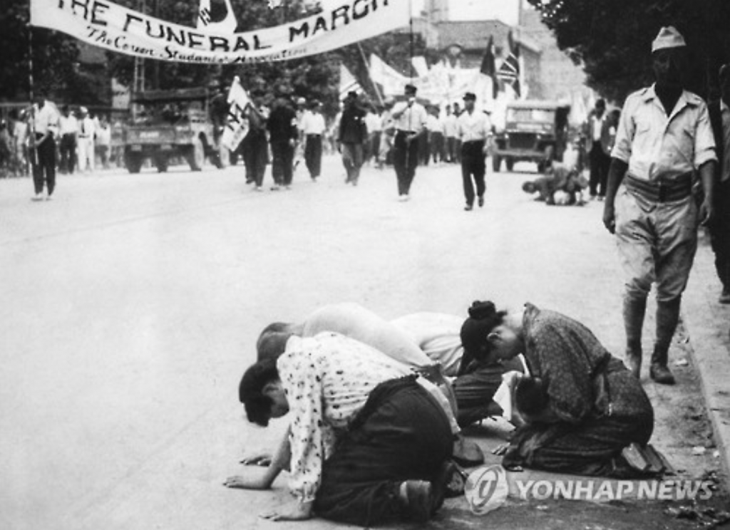 Japanese women apologizing on a street in downtown Seoul.
