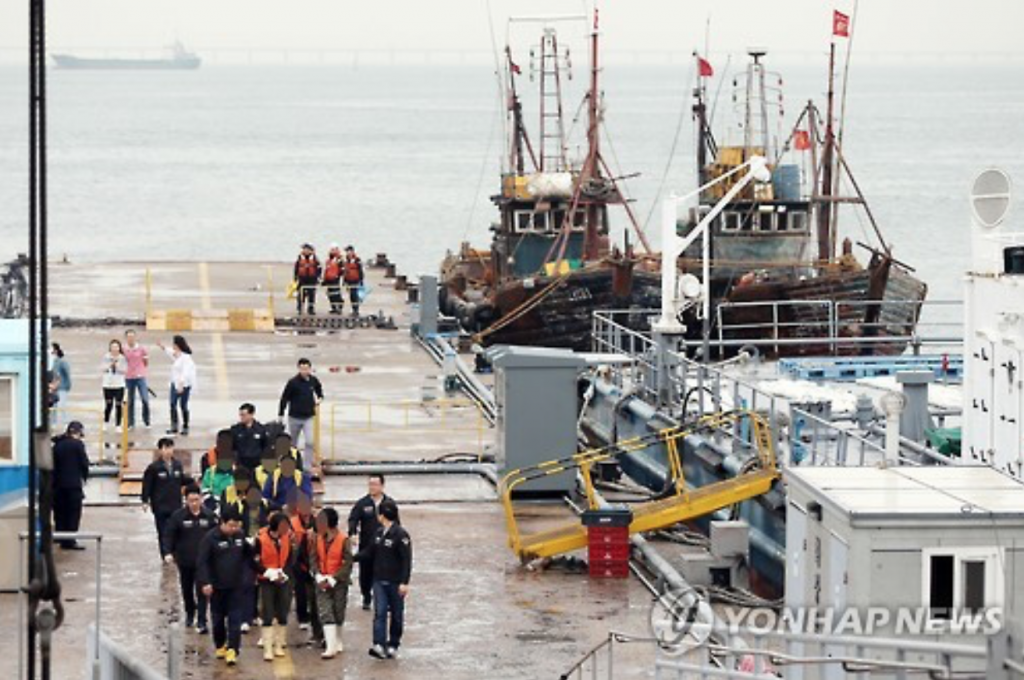Chinese fishermen are brought on land in Incheon, west of Seoul, on June 15, 2016, after they were caught fishing illegally in neutral waters off Koreas' western border area. (image: Yonhap)