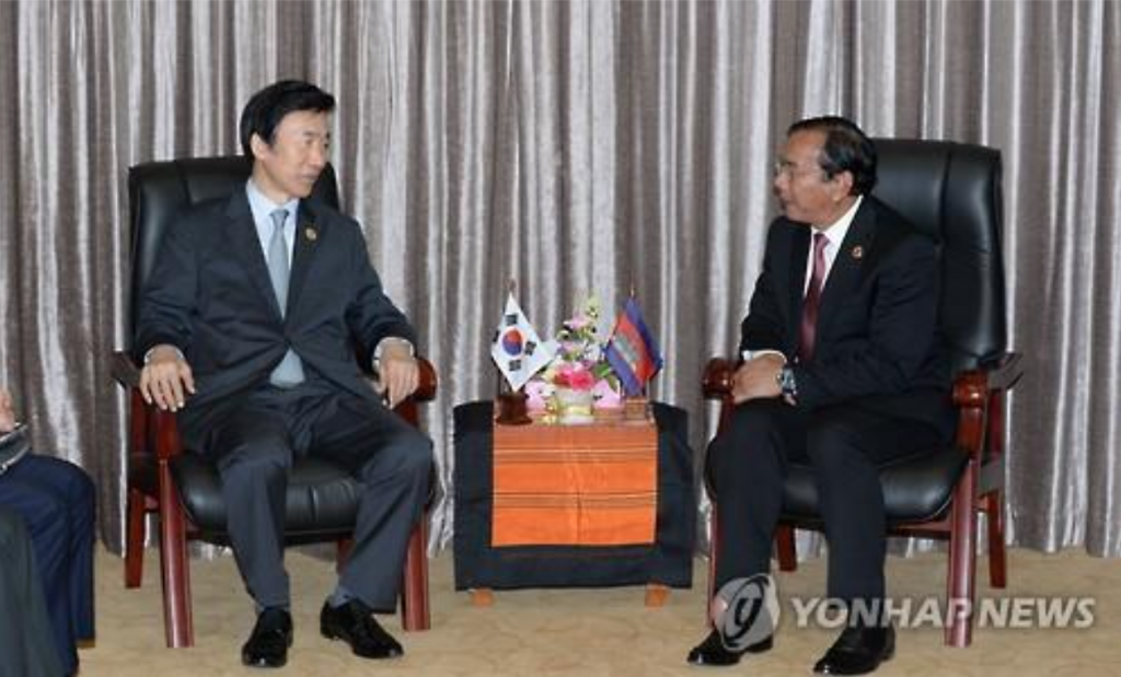 Yun Byung-se (L), South Korea's foreign minister, talks with his Cambodian counterpart Prak Sokhon in Vientiane, Laos' capital city, on the sidelines of the ASEAN Regional Forum on July 26, 2016. (image: Yonhap)