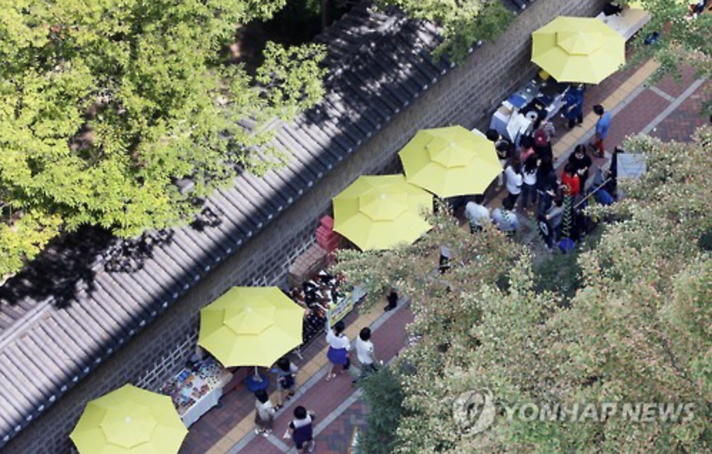 It hosted nine Deoksugung fair-shops since April this year at the Deoksugung Stonewall Walkway. According to the city government, a daily average of 62 enterprises participated in the events, creating sales revenue of 410 million won each day. (image: Yonhap)