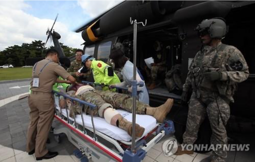 An injured U.S. soldier is carried on a stretcher to Ajou University Hospital in the city of Suwon, just south of Seoul, on Aug. 30, 2016, after being evacuated by a UH-60M Black Hawk utility helicopter. (image: Yonhap)