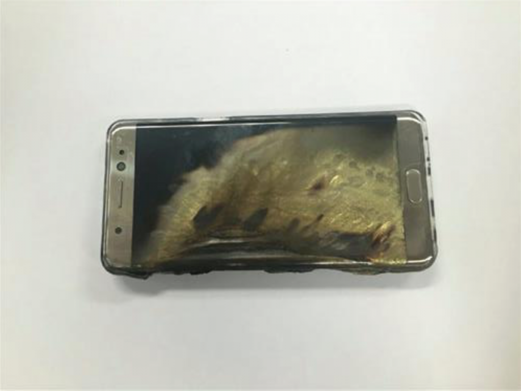 A photo revealed by the woman (Aug. 24) displayed a severely damaged phablet, with the phone showing signs of an explosion on the left side, the back unrecognizably melted, and the screen yellowed and  partially burned black. (image: Yonhap)