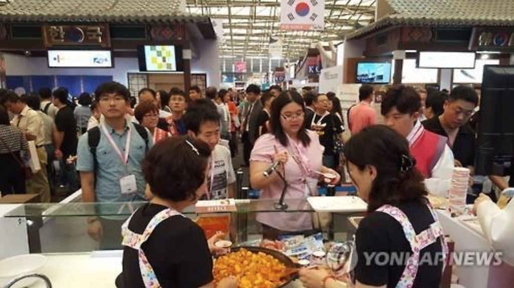 "South Korean booths at the ""SIAL China 2016,"" an international food and beverage exhibition, are crowded with visitors in Shanghai on May 6, 2016. (image: Yonhap)"