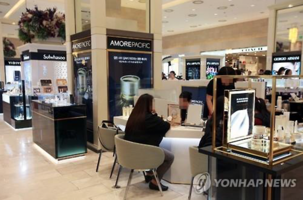 Korean cosmetics stalls at Shinsegae Department Store in Seoul. (image: Yonhap)