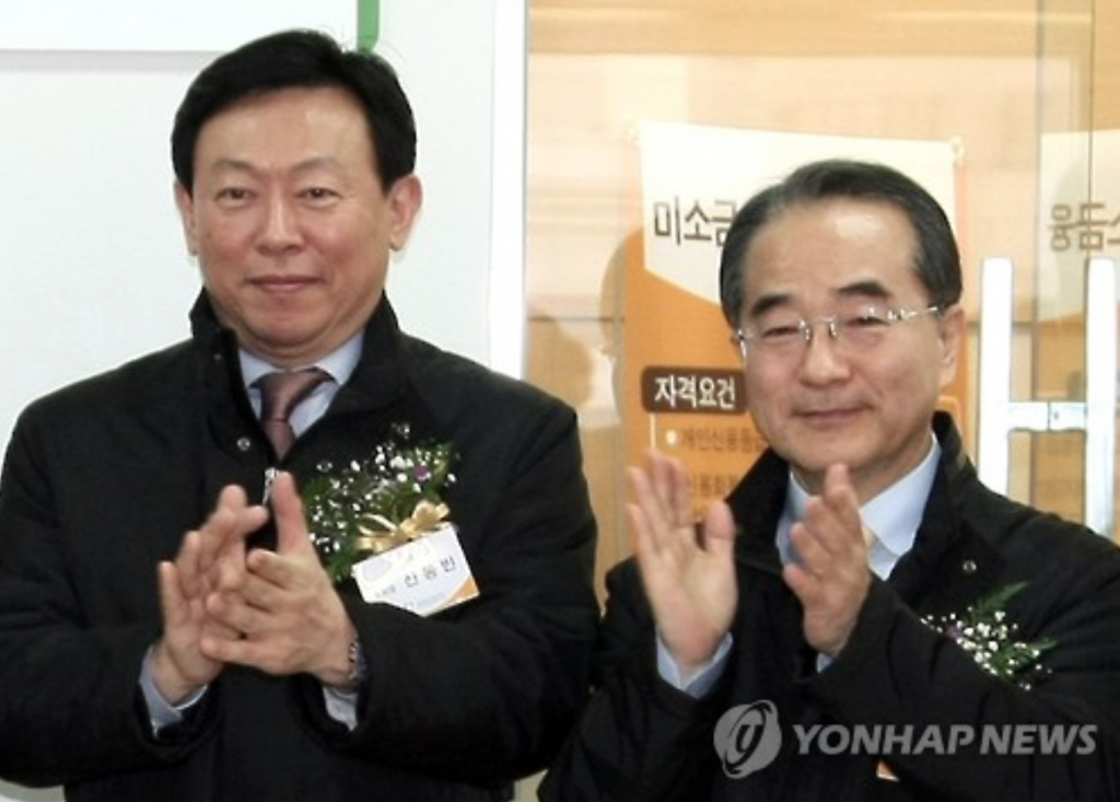 Police found the body of Lee In-won (R), the group's No. 2 man and close aide of Lotte chairman Shin Dong-bin (L), on a trail in Yangpyeong, 55 kilometers east of Seoul. (image: Yonhap)