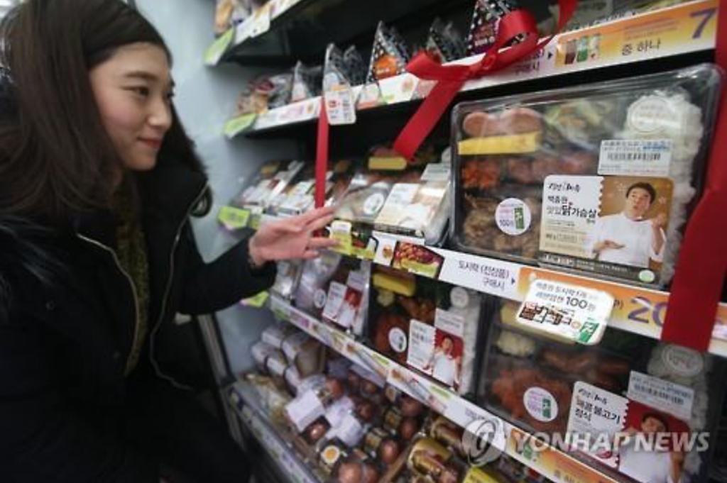 The data also showed sales of packaged meals to the middle-aged class skyrocketing 237 percent in the first half from a year ago, compared with a 186 percent rise for 30-somethings and 193 percent for 20-somethings. (image: Yonhap)