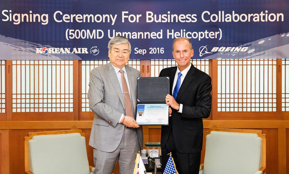 Korean Air CEO Cho Yang-ho (L) with Dennis Muilenburg, CEO of Boeing. (image: Korean Air)