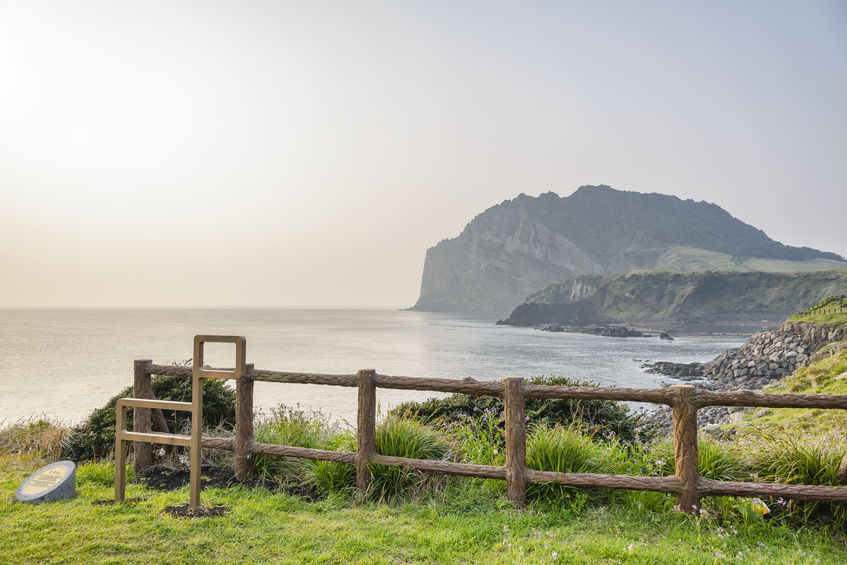 623,521 of 629,724 (99 percent) of no-visa entries to Jeju by foreigners in 2015 were accounted for by Chinese tourists, with roughly 2.3 million Chinese visiting the island each year (no-visa entry included). (image: KobizMedia/ Korea Bizwire)