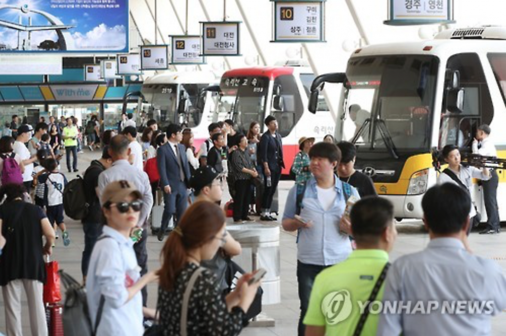 A bus terminal in southern Seoul is crowded with homebound travelers on Sept. 13, 2016, as South Korea's annual exodus for the Chuseok fall harvest holiday begins. South Koreans reunite with family members on Chuseok, which falls on Sept. 15 this year, and offer a ritual feast to their ancestors. (image: Yonhap)