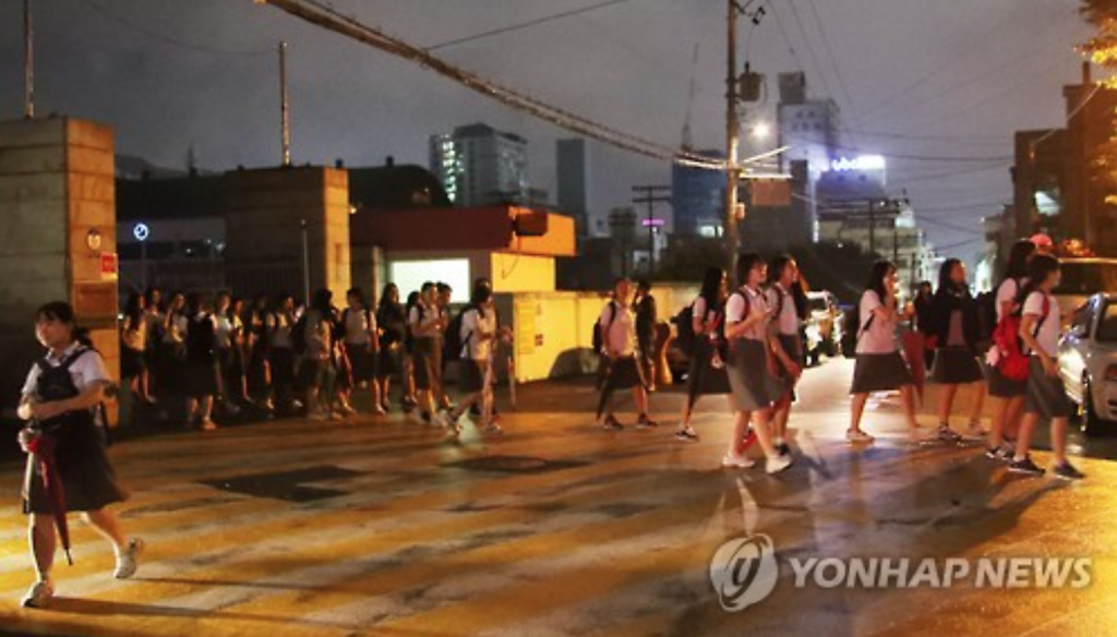 Students evacuate from a school in the southern city of Ulsan on Sept. 12, 2016 (image: Yonhap)