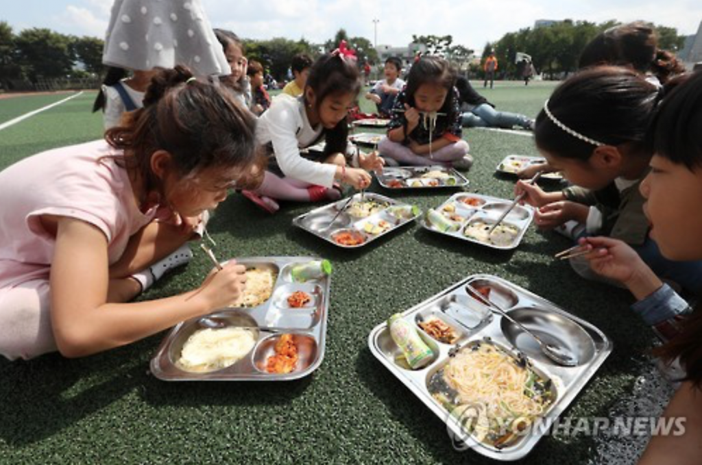 Students of an elementary school in Gyeongju have lunch in the schoolyard after a magnitude-3.5 earthquake hit the historic city.