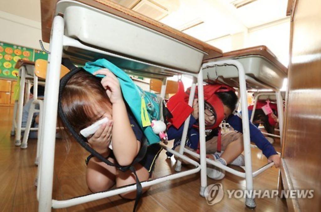 Students participate in earthquake preparedness training at an elementary school in Seoul. (image: Yonhap)