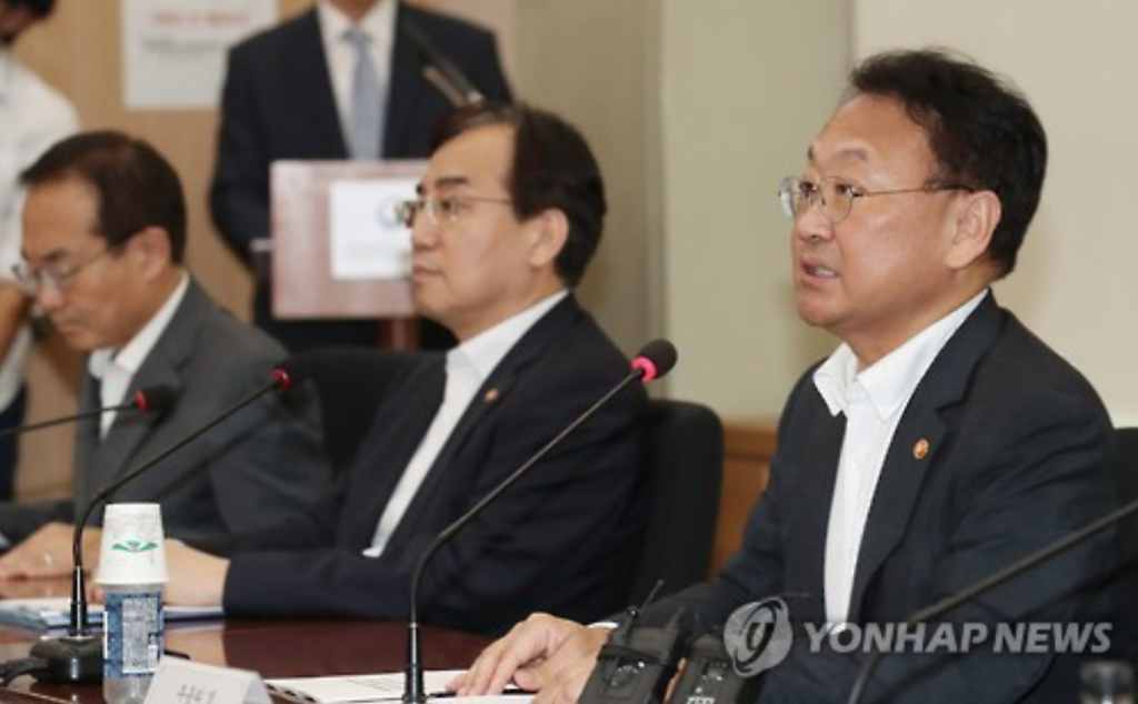 Finance Minister Yoo Il-ho (R) speaks at a government meeting on fiscal strategy in Seoul on Sept. 7, 2016. (image: Yonhap)