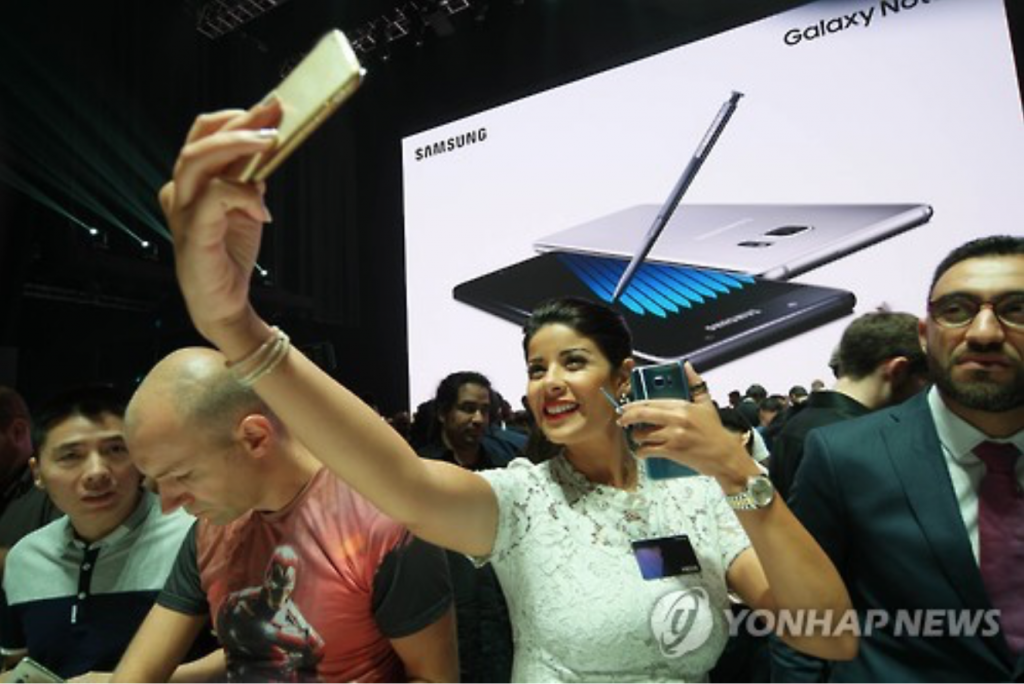"""Samsung continues to ensure that consumer safety remains our top priority. We are asking users to power down their Galaxy Note 7s and exchange them now,"" Tim Baxter, president of Samsung Electronics America, said in a statement. (image: Yonhap)"