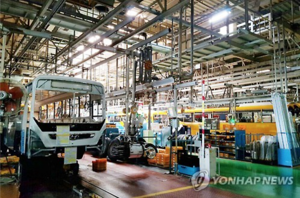An assembly line of Hyundai Motor Co.'s plant in Jeonju remains idle on Sept. 26, with unionized workers starting their first full strike in 12 years. (image: Yonhap)