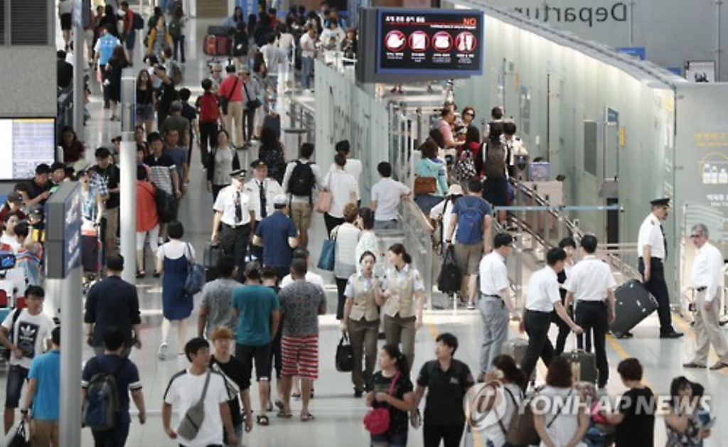Incheon International Airport is busy with South Korean vacationers on July 31, 2016. (image: Yonhap)