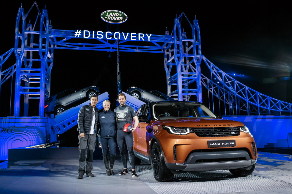 Bear Grylls, Zara Phillips and Sir Ben Ainslie pose by the new Land Rover Discovery in front of a world record-breaking LEGO Tower Bridge structure. (image: Land Rover)