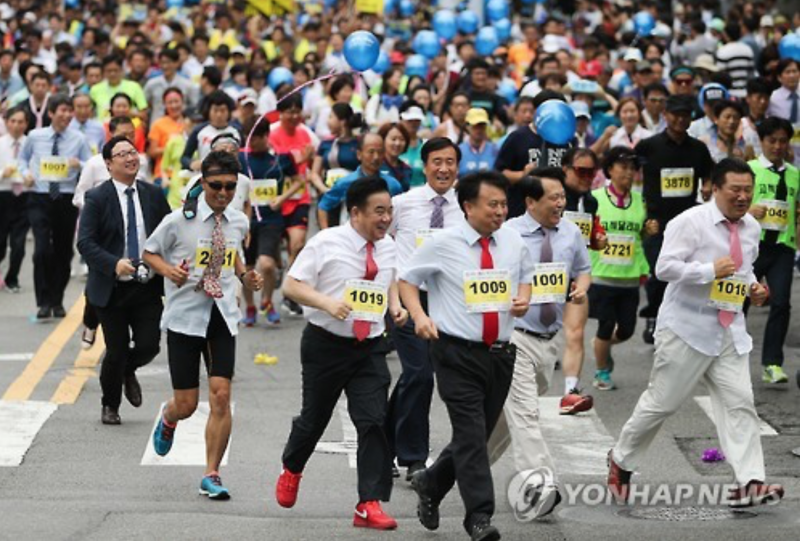 Seoul Necktie Marathon Promotes Local Businesses