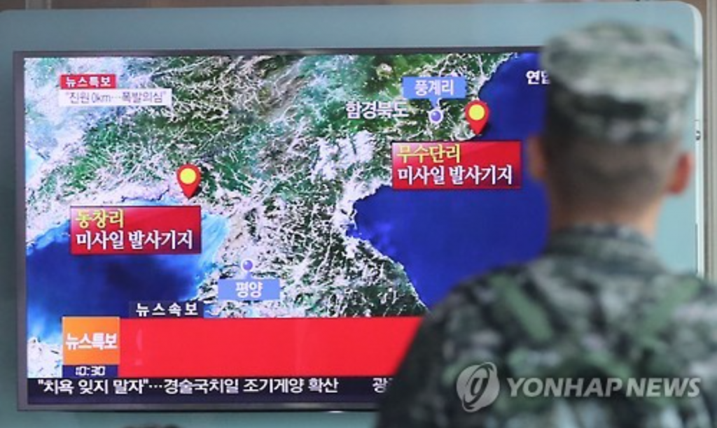 A soldier looks at a television report on North Korea's possible nuclear test at Seoul Station. (image: Yonhap)