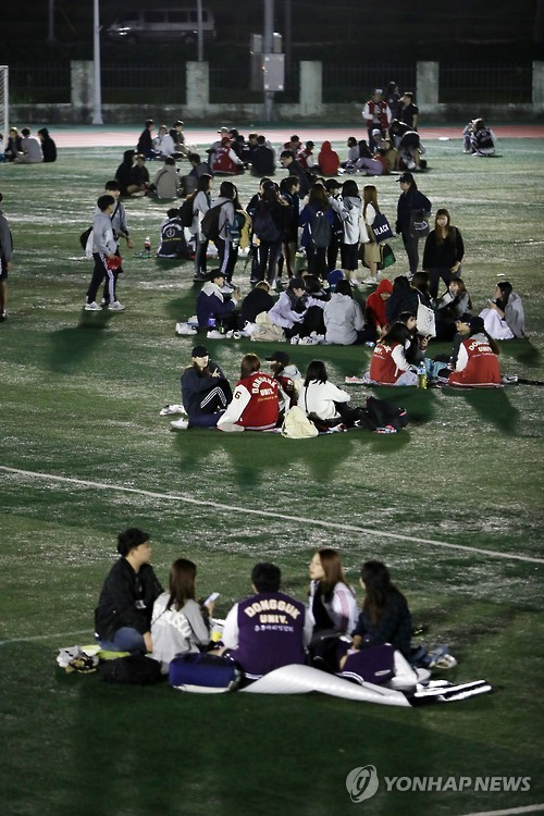 Dongguk University (Gyeongju) students evacuated to the institution's sports grounds following Monday's 4.5-magnitude aftershock.