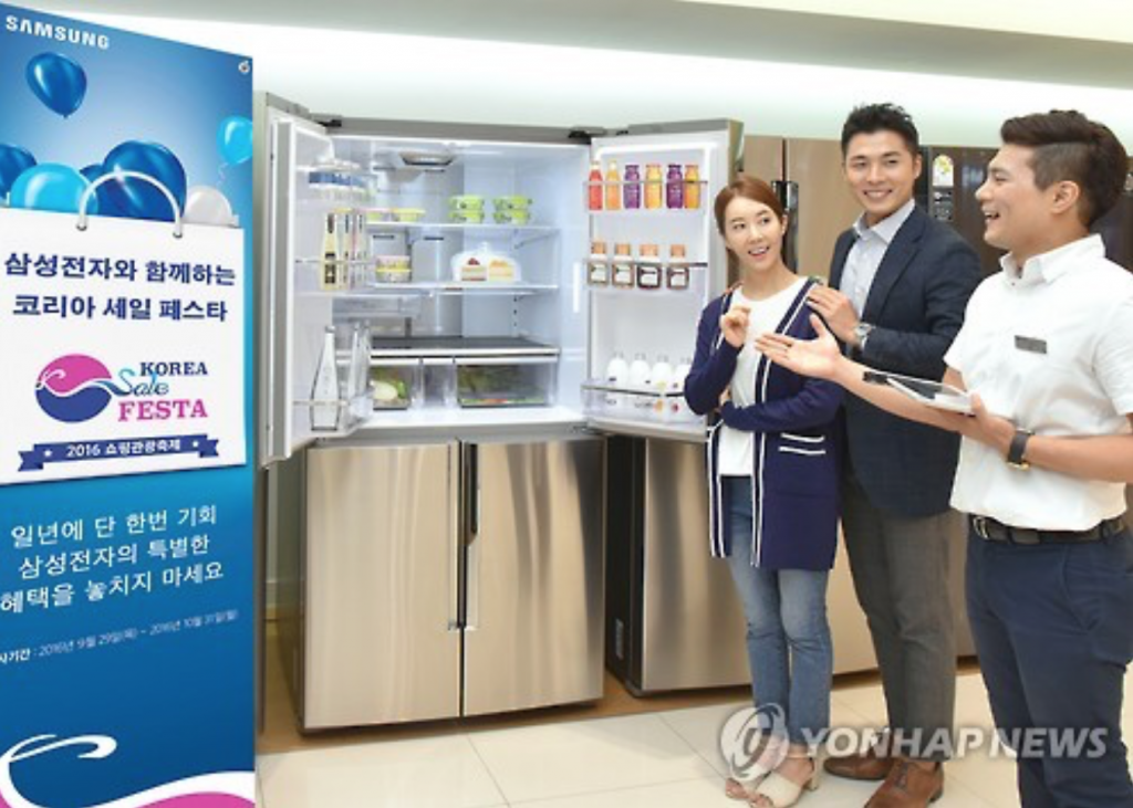 A sales manager at Samsung's electronics store in Seoul explains discount deals on a refrigerator on Sept. 28, 2016, in this photo provided by the company. (image: Yonhap)