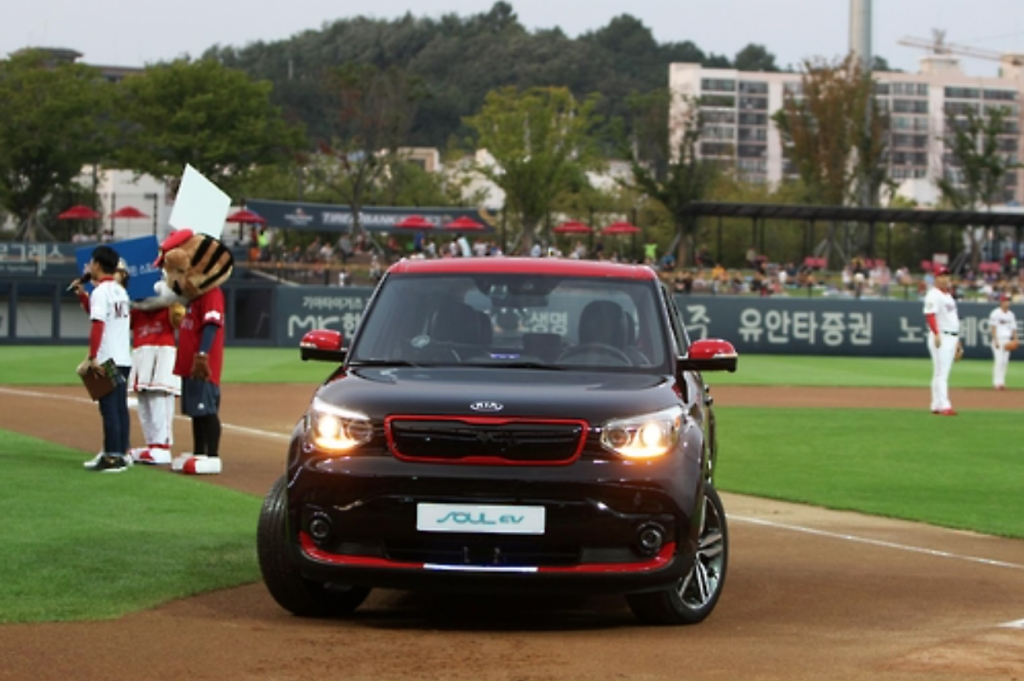 According to Kia, the car can self-maneuver on expressways at speeds of up to 120km/h, and can change lanes, overtake, brake, and even park, all by itself. (image: Kia)