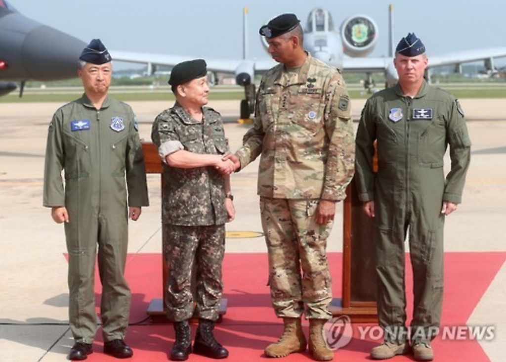 U.S. Forces Korea commander Gen. Vincent Brooks (2nd from R) shakes hands with South Korea's Joint Chiefs of Staff chairman Gen. Lee Sun-jin at Osan Air Base.