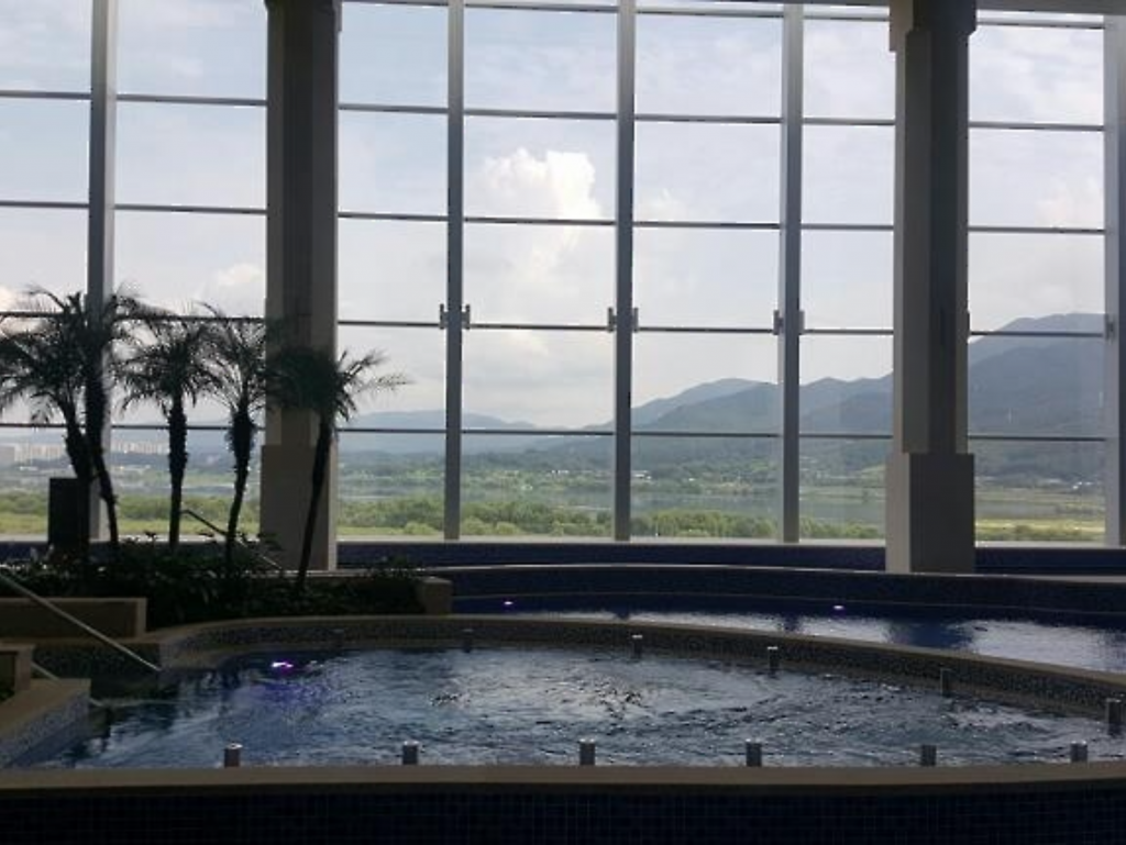 Aquafield covers an area of 13,000 square meters, with an indoor swimming pool that has a panoramic view of the Han River and the surrounding mountain, a water park and an upscale spa. (image: Yonhap)