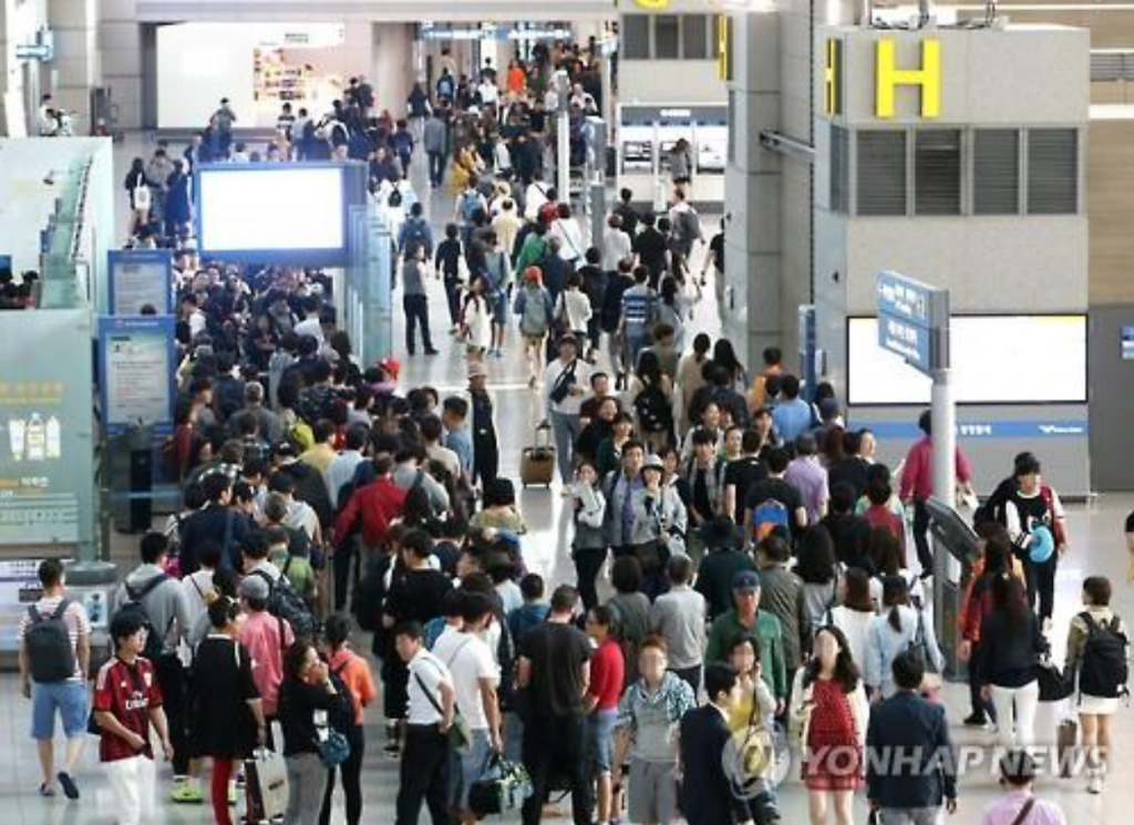 Outbound travelers line up for a security checkpoint at Incheon International Airport, west of Seoul, on Sept. 24, 2015, ahead of the Chuseok holiday. (image: Yonhap)