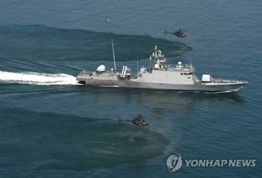 South Korean Navy patrol craft and U.S. choppers carry out a training exercise in waters off the Korean Peninsula. (image: Yonhap)