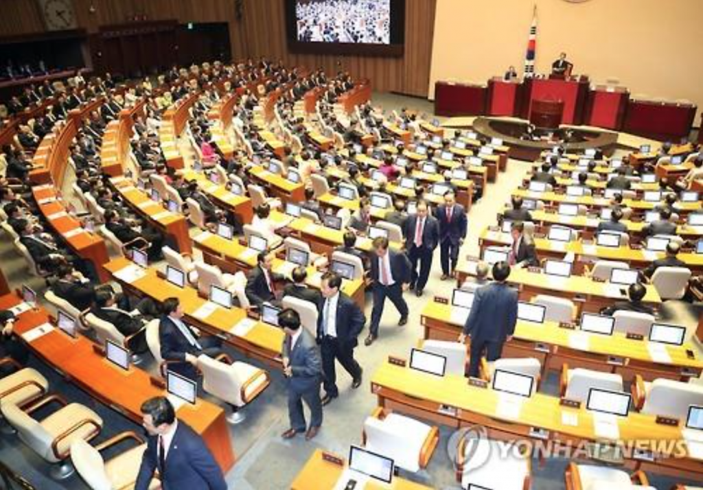 Lawmakers of the ruling Saenuri Party walk out of the National Assembly hall on Sept. 1, 2016, after Parliamentary Speaker Chung Sye-kyun explicitly lent support to the opposition parties on the controversial U.S. missile defense system debate. (image: Yonhap)