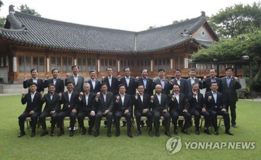 Prime Minister Hwang Kyo-ahn (C in front row) poses with CEOs of well-managed public corporations during their meeting at the prime minister's residence in central Seoul on Sept. 1, 2016. (image: Yonhap)