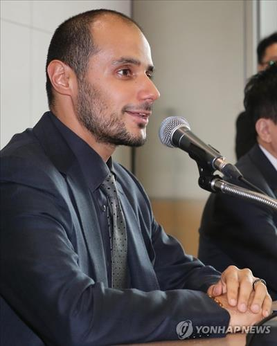Saudi Arabian billionaire Khaled bin Al Waleed bin Talal bin Abdul Aziz Al Saud speaks to reporters in Seoul on Oct. 20, 2016. (image: Yonhap)