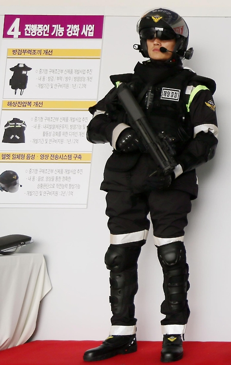 Nine of the officers assigned to each speedboat are equipped with loaded K-5 semi-automatic pistols, in addition to various non-lethal weapons, including tear gas, 40mm sponge grenades, and 20mm rubber bullets. (image: Yonhap)