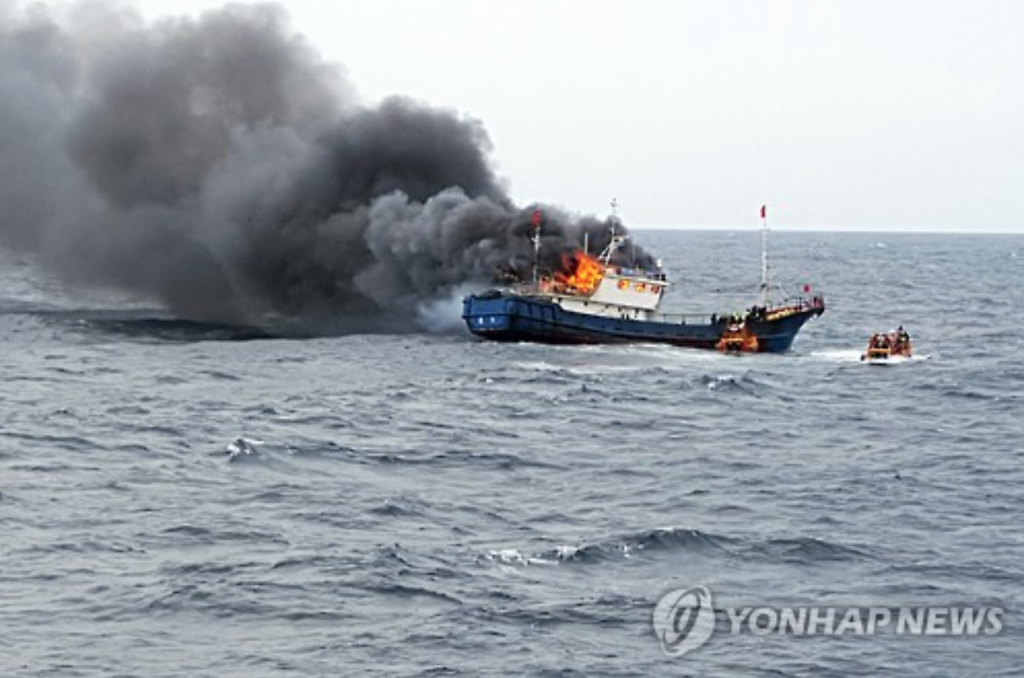 A Chinese fishing boat catches fire on Sept. 29, 2016, in South Korean waters about 70 kilometers southwest of Hong Island near the southwestern city of Mokpo. (image: Yonhap)