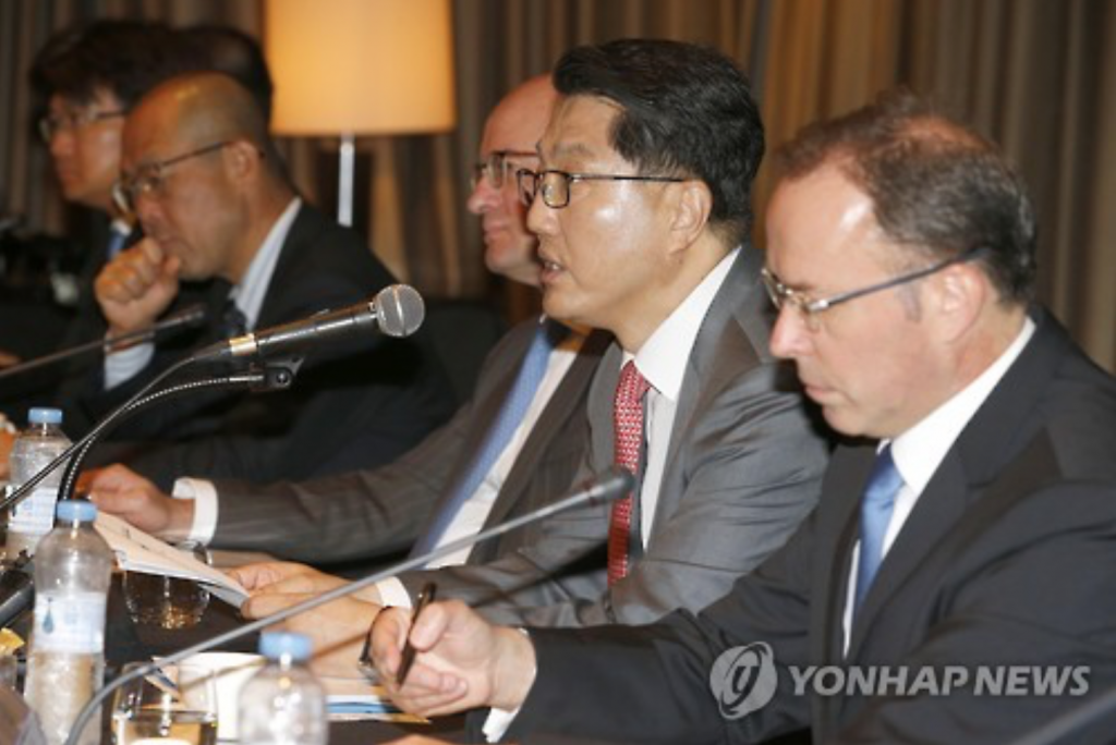 This undated file photo shows Zhin Woong-seob, governor of the Financial Supervisory Service, speaking at a forum in Seoul. (image: Yonhap)